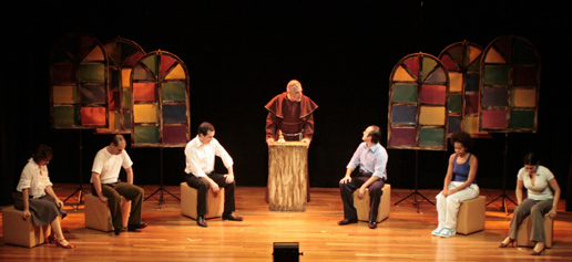 Cena do Espetáculo Teatral O Monge e o Executivo - teatro Juca Chaves em São Paulo