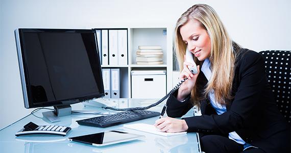 Profissional vendendo por telefone